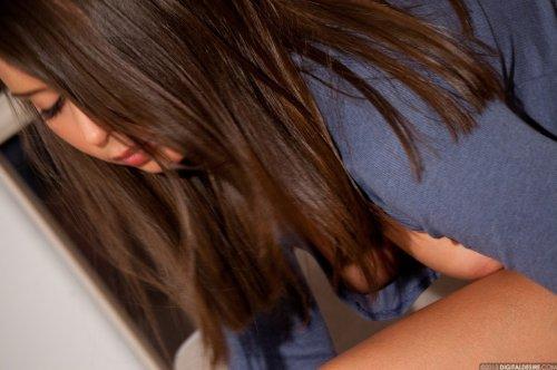 Милая девушка Sally Charles демонстрирует гладкую бритую вагину крупным планом