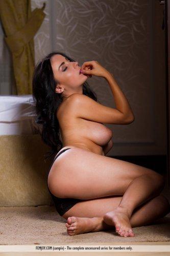 Элитная проститутка Emilia с красивой грудью снимает трусы в номере отеля