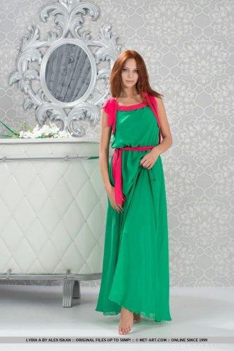 Элитная проститутка Lydia A сняла платье и фотографируется для эскорт журнала