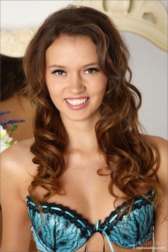 Улыбчивая модель Lucy G с маленькой, но красивой грудью снимает трусики и лифчик