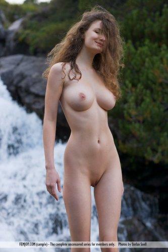 Худая кучерявая Susann на красивых эротических фото у водопада и в горах