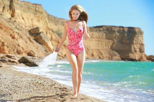 Стройная Erica Bee снимает купальник и показывает сексуальное голое тело