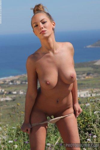 Длинноногая туристка Vivien с красивыми натуральными сиськами снимает трусы