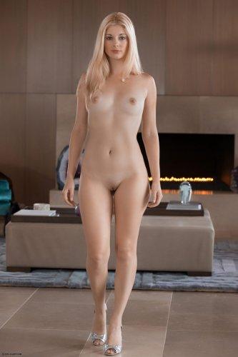 Милая блондинка Charlotte Stokely мастурбирует прозрачным самотыком