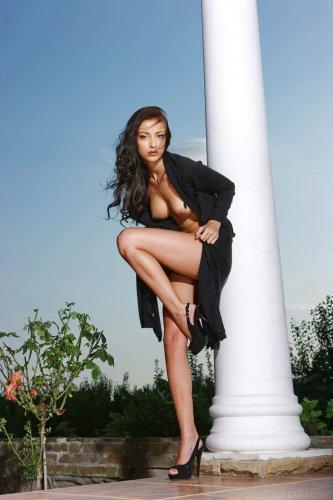 Страстная брюнетка Anna AJ с красивым телом скинула чёрное платье