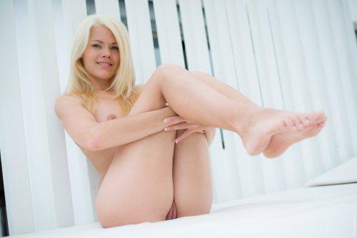 Молодая блондинка Izzy Delphine без одежды на свежем воздухе