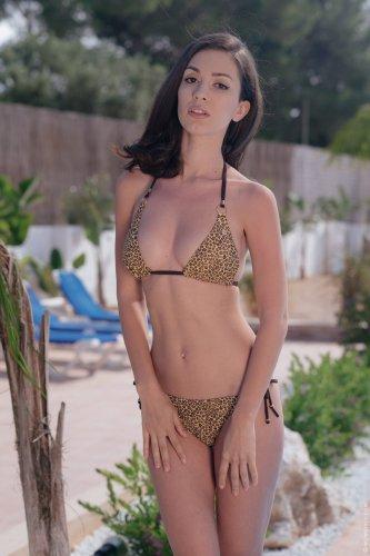 Улыбчивая Helen H скинула тигровый купальник и фоткается голая у бассейна