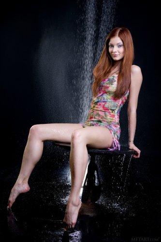 Эротические фотографии обнажённой модели Indiana Belle под душем в студии