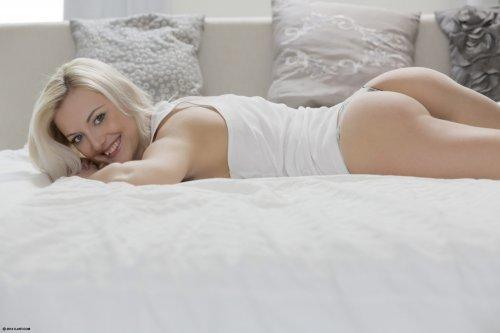 Милая блондинка Katy Rose в прозрачных стринги мастурбирует утром в постели