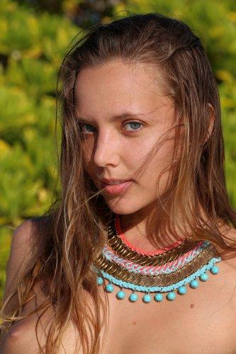 Знаменитая топ-модель Katya Clover голая на белоснежном пляже