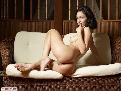 Брюнетка Helen H с висячими сиськами демонстрирует бритую вагину крупно