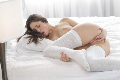 Сексуальная Anna Morna в белых чулках кончает с розовым вибратором