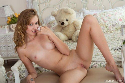 Милая голая студентка Olyana T делает эротические снимки в спальне