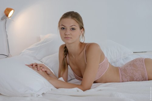 Maria Pie в сексуальном прозрачном розовом белье