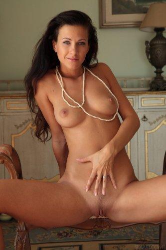 Очаровательная девушка Lauren Crist снимает трусики и корсет на фото