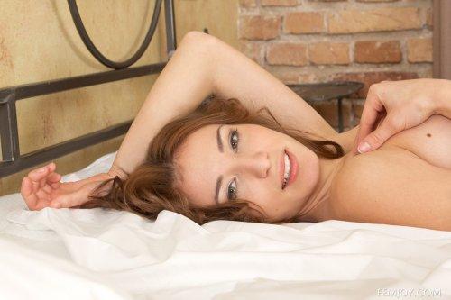 Длинноногая красотка Bonny O разделась и сексуально позирует в спальне