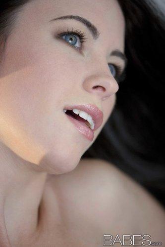 Красивая жопастенькая модель Veronica Radke от студии Babes.com снимает трусики