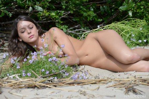 Улыбчивая девочка Foxy Di с красивой фигурой скидывает платье на пляже