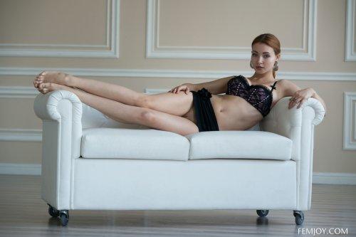 Рыжеволосая голая тёлка Calida показывает эротику в пустой квартире