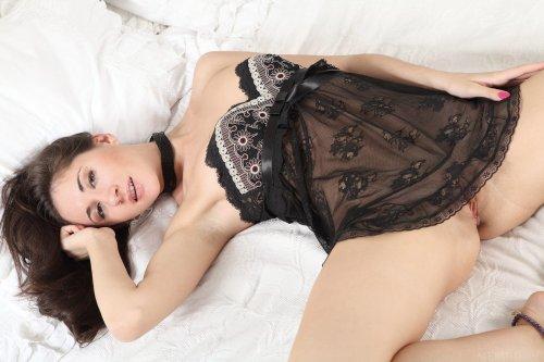 Подглядываем за раскошной кокеткой Assoli в прозрачном эротическом белье
