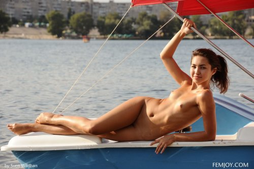 Молодая распутная тёлочка Cosima разделась и катается голая на катаморане