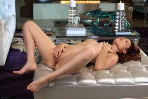Молодая красивая Christine Paradise снимает сексуальное бельё в гостиной