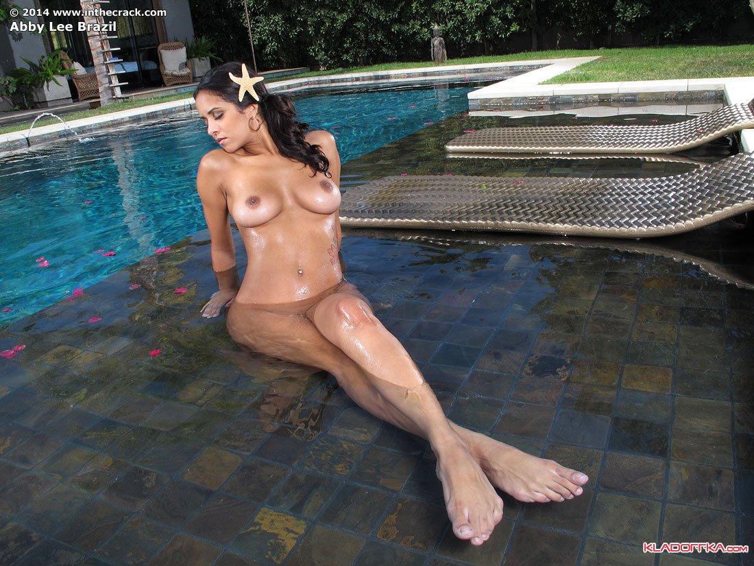 Без лифчика в бассейне фото