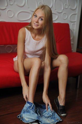Похотливая блондинка Nancy A показала бритую киску крупным планом