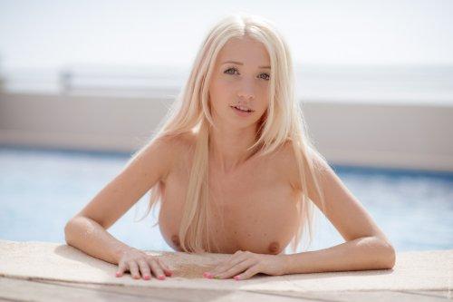 Молодая фотомодель Miriama Kunkelova с красивым голым телом у бассейна