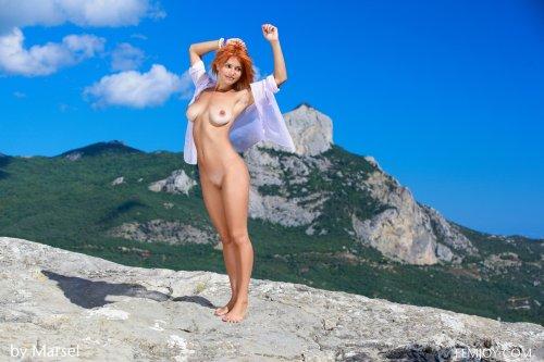 Молодая красивая студентка Violla A снимает трусики на фото в горах