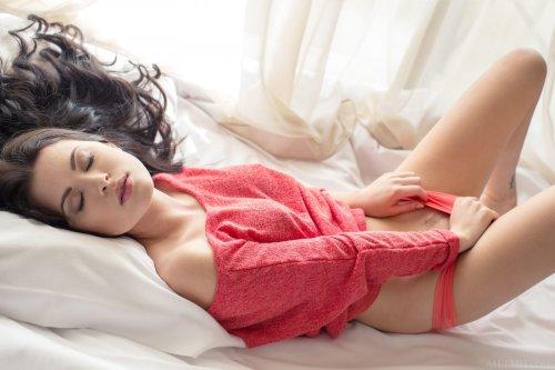 Сексуальная русская красотка Amelie B снимает красные трусики и кофту