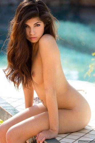 Красивая обнажённая модель Ava Taylor снимает тигровый лифчик