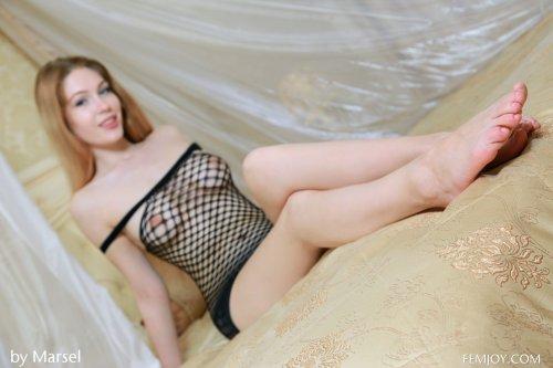 Сексопильная Erica Bee с красивой натуральной грудью в эротической боди-сетке