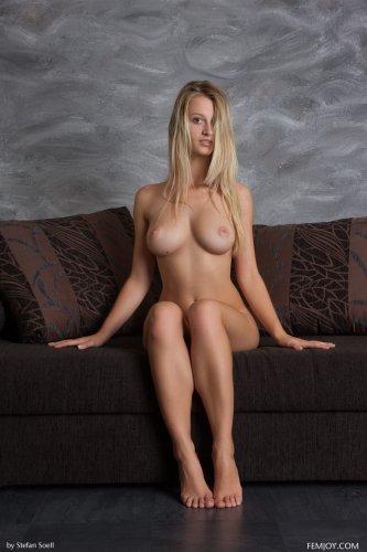 Голая блондинка Carisha с шикарной фигурой позирует на диване для Femjoy