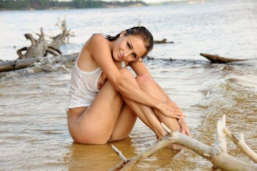 Восхитительная Yarina P с мокрым возбуждённым телом на эротических фото