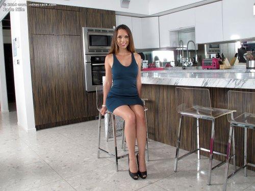 Распутная порнозвезда Jade Nile мастурбирует розовым вибратором на кухонном столе