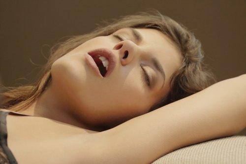 Candace Luca в эротическом нижнем белье возбудилась просматривая порно