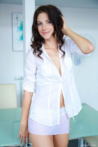 Симпотная молодуха Lauren Crist в откровенном прозрачном белье на кухне