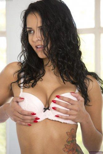 Бомбическая брюнетка Abby Lee Brazil с красивой грудтю снимает эротическое бельё