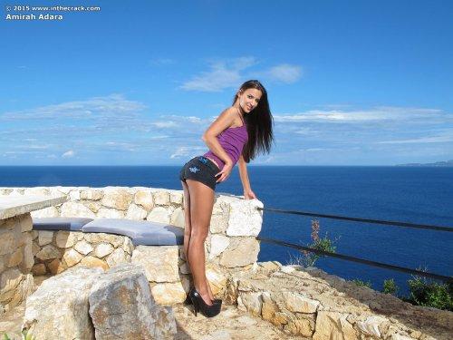 Жопастая загорелая порнозвезда Amirah Adara позирует голая с большим вибратором