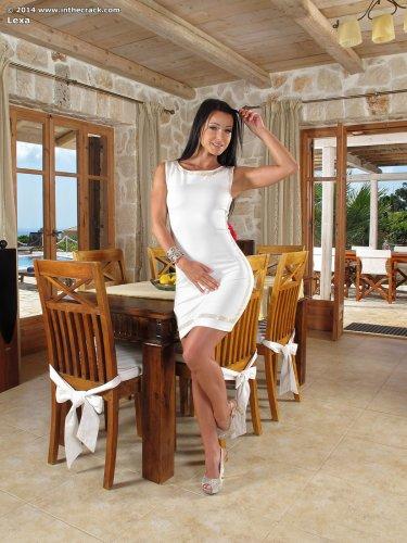 Восхитительная топ-модель Melisa Mendiny снимает трусики в загородном доме