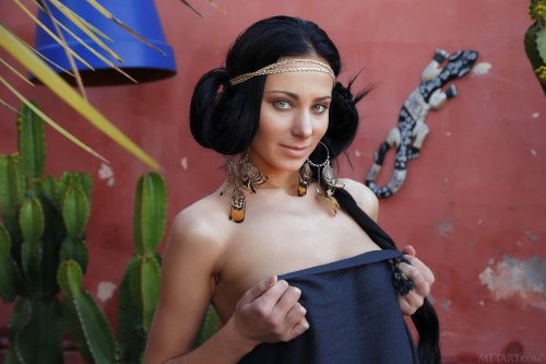 Обнажённая служанка Lydia A с круглыми сиськами и огромной бритой вагиной