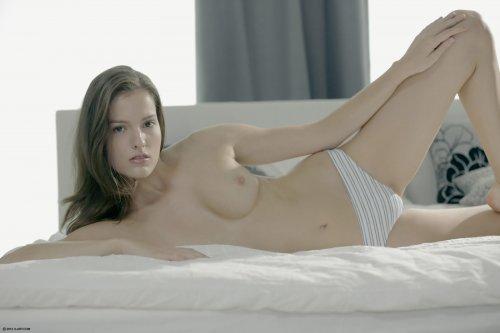 Скромная симпатичная Silvie Luca с привлекательным голым телом в спальне