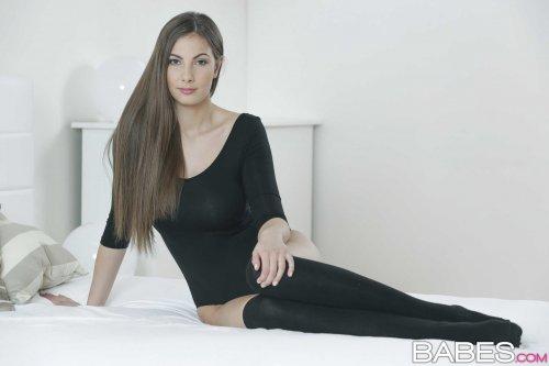 Горячая модель Connie Carter с идеальной грудью и попкой на эротических фото