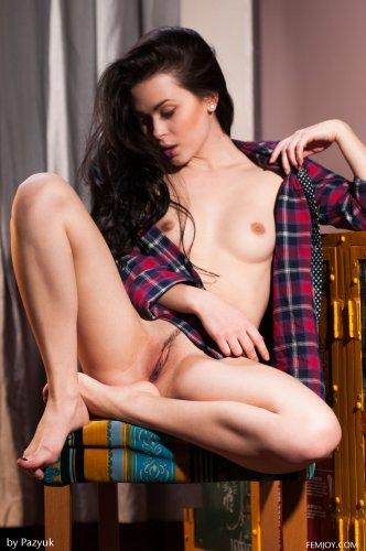 Милая брюнеточка Amelie B позирует голышом в одной рубашке для Femjoy