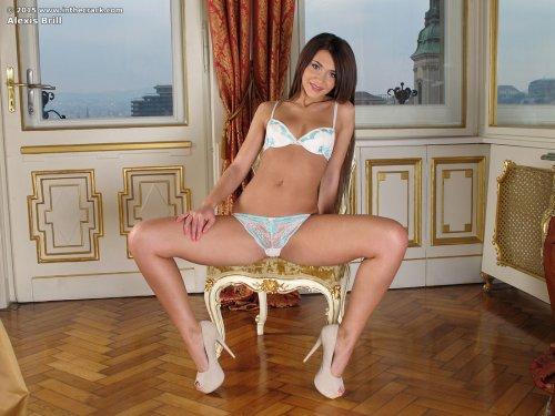 Симпатичная порнозвезда Alexis Brill мастурбирует маленьким фалосом на кровати