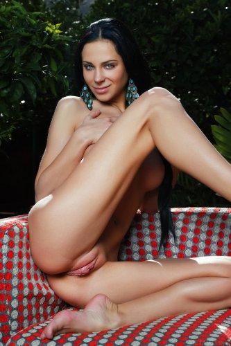 Знойная обнажённая брюнетка Lydia A на красивых эротических фото в саду