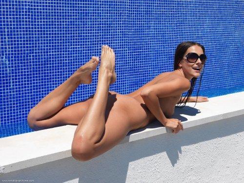 Загорелая сексопильная красотка Charlie Angel голая у бассейна устроила эротику