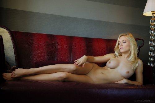 Aislin показывает свои прелести на красном диване