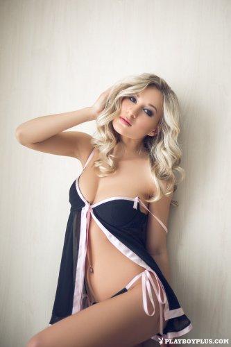 Роскошная Darina Litvinova раздевается у окна